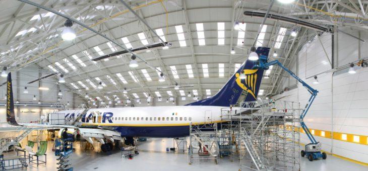 Żółta i niebieska blacha powlekana na hangar Ryanaira